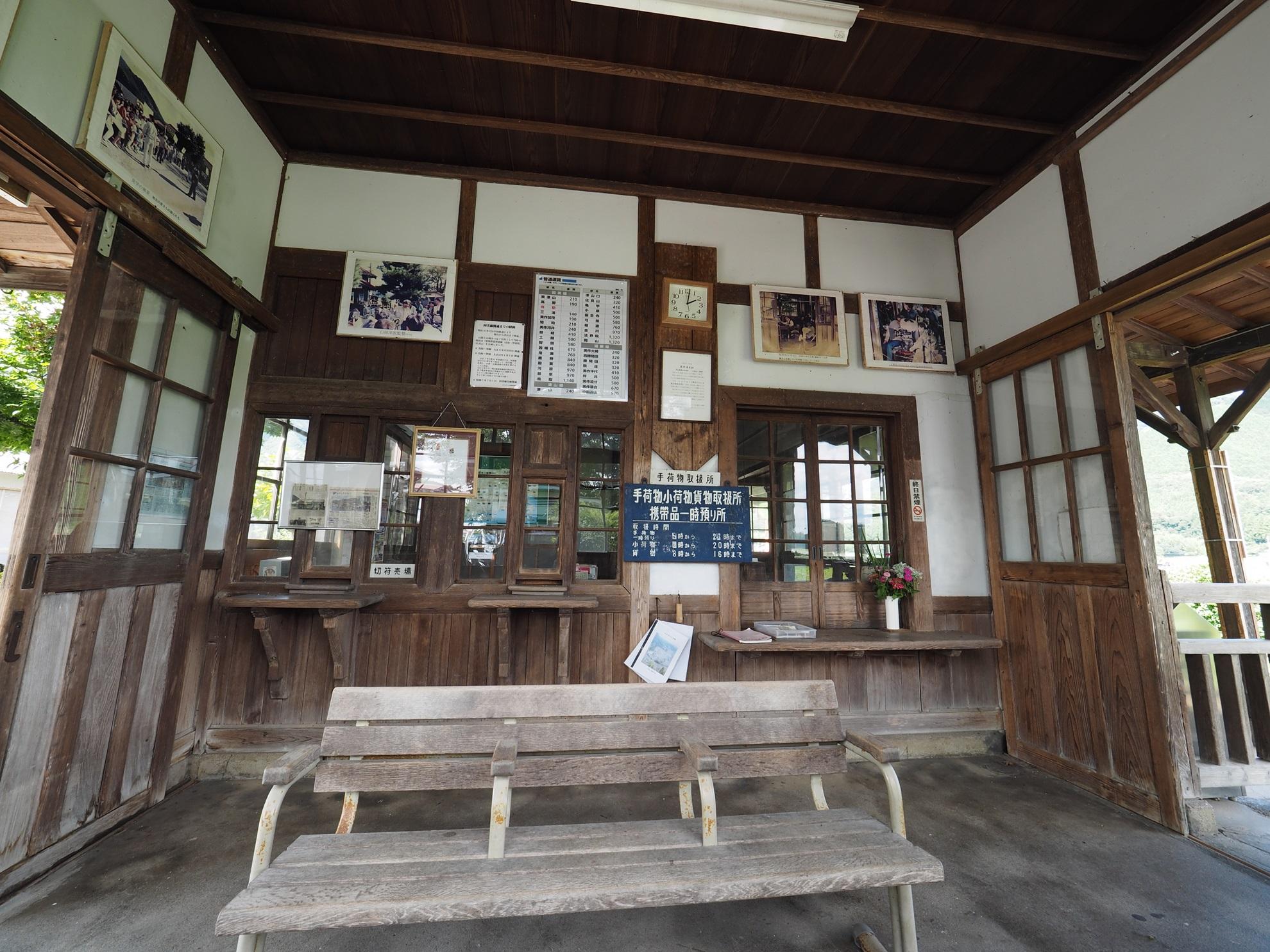 美作滝尾駅 待合室
