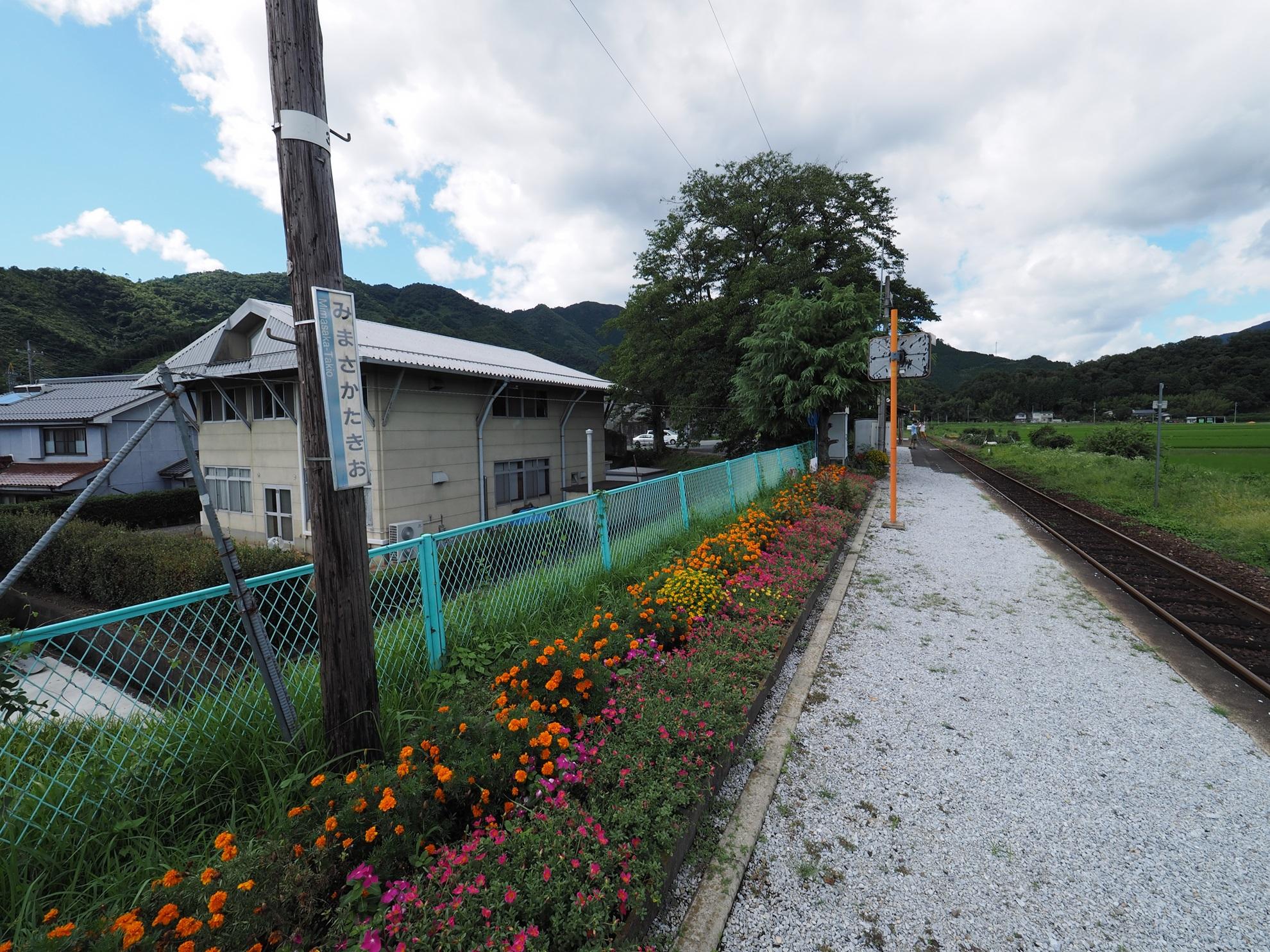 美作滝尾駅 ホームの花