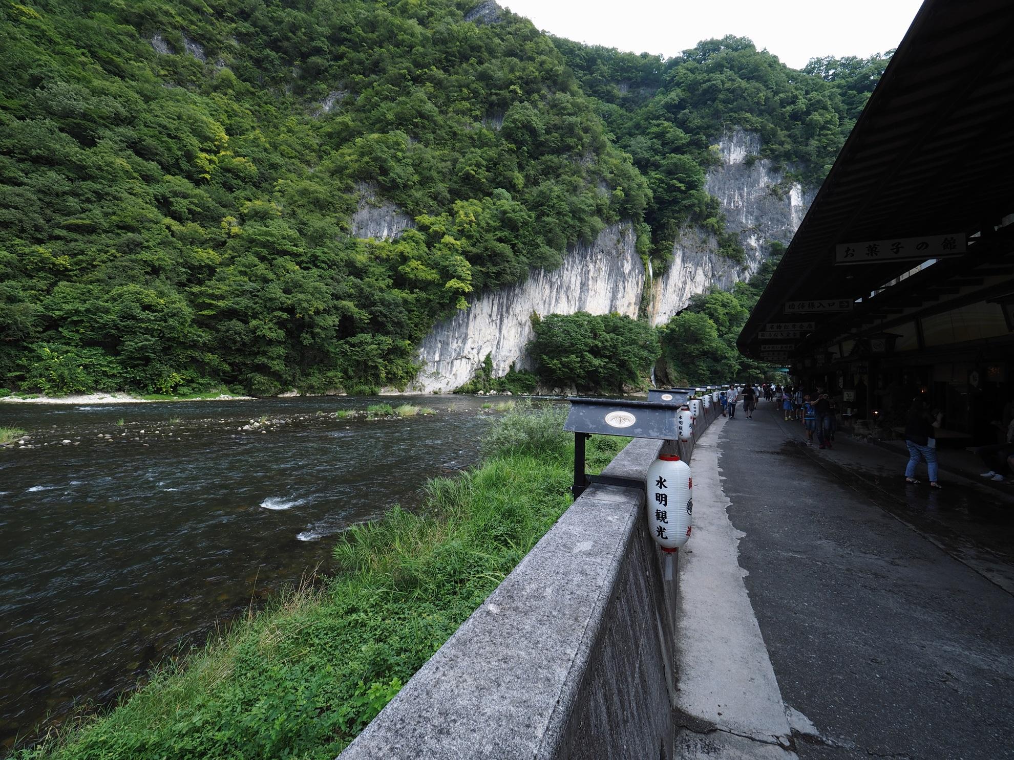 井倉洞への道