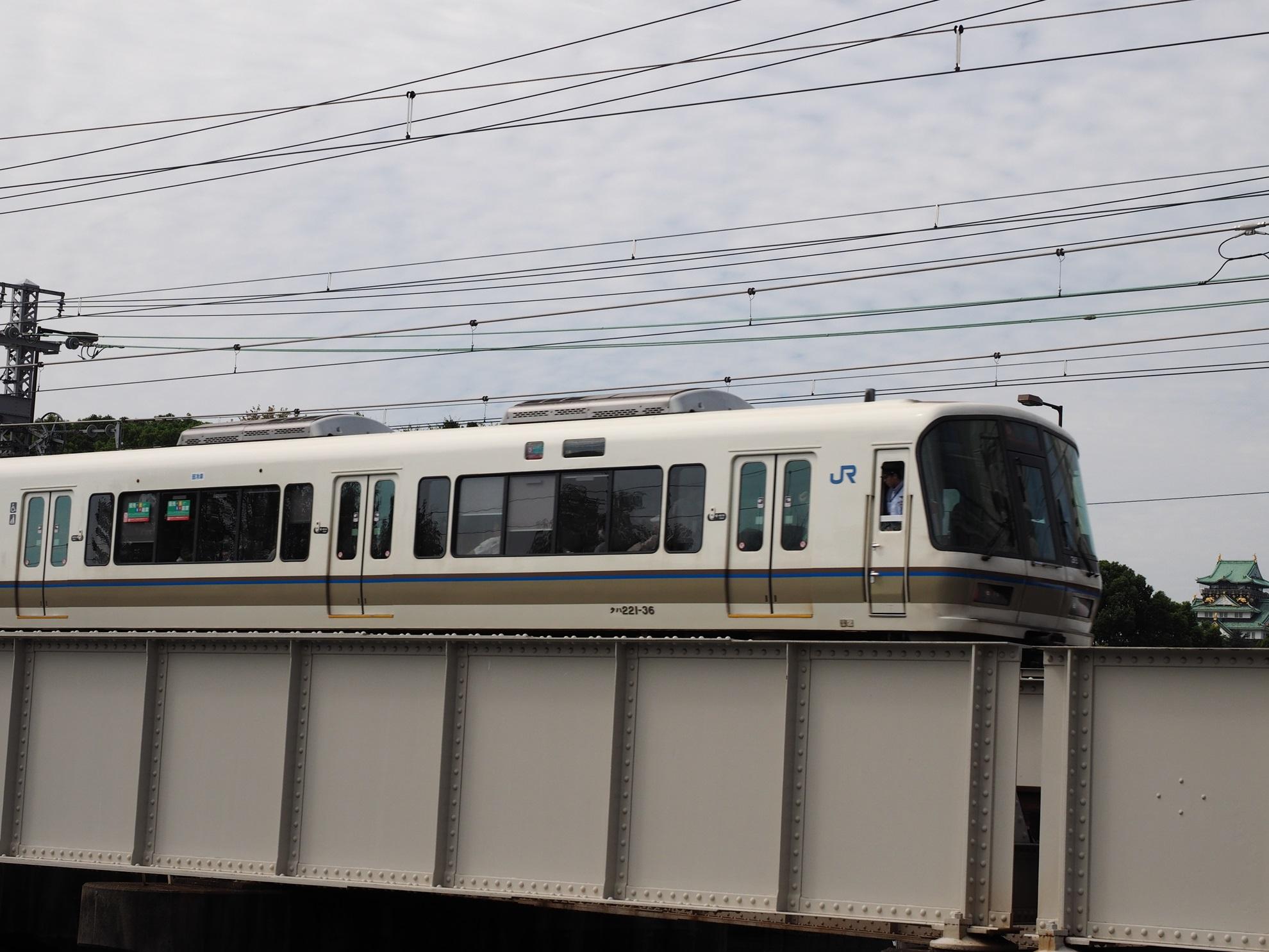 大阪城と221系3