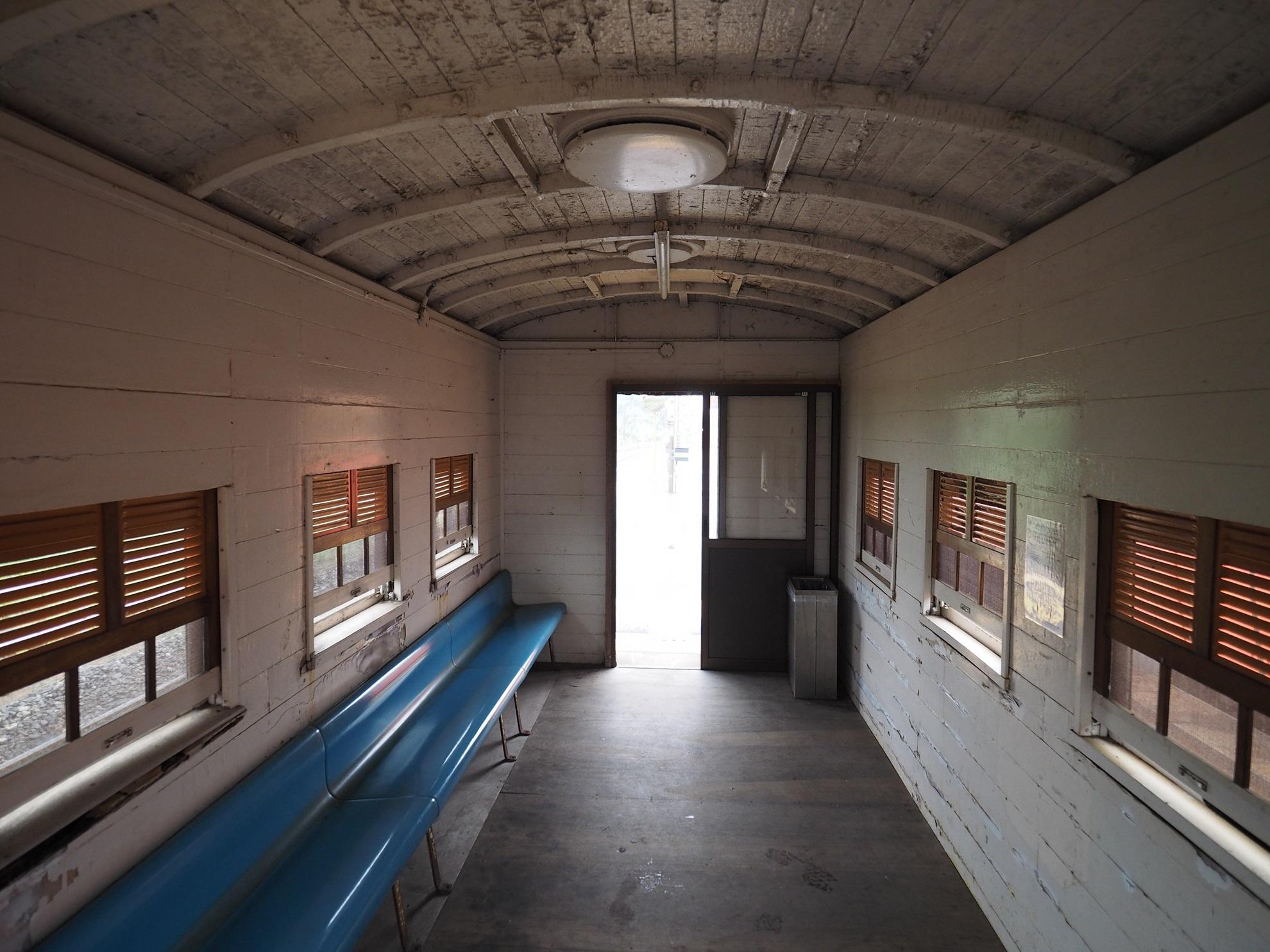 御来屋駅 ホームの待合室 内部