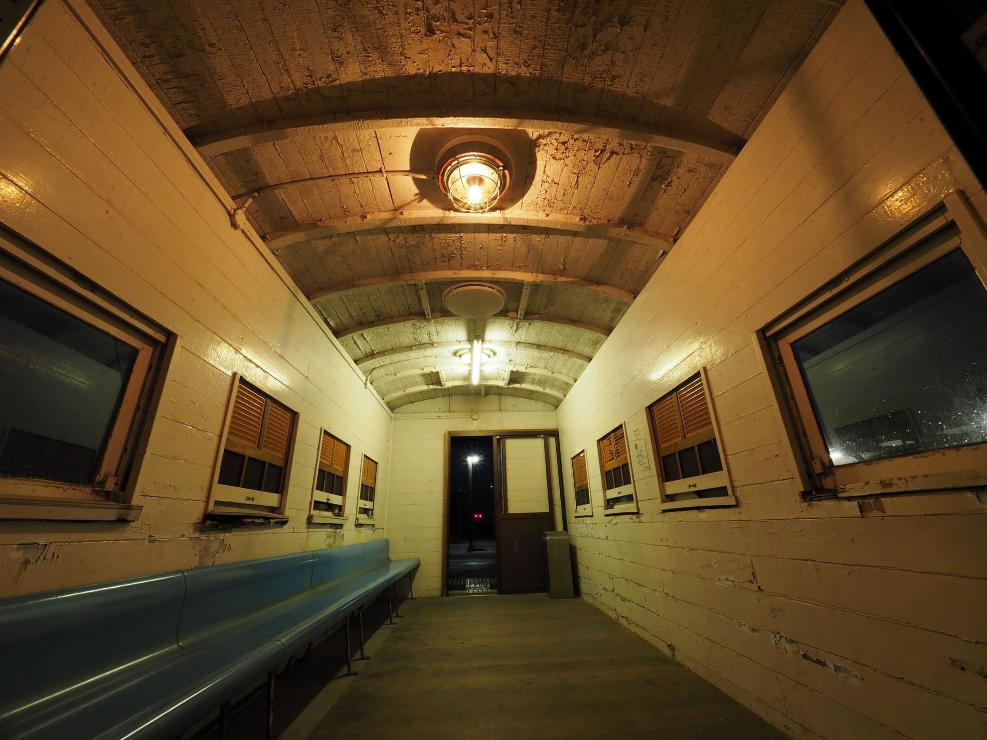 御来屋駅 ホームの待合室 内部2