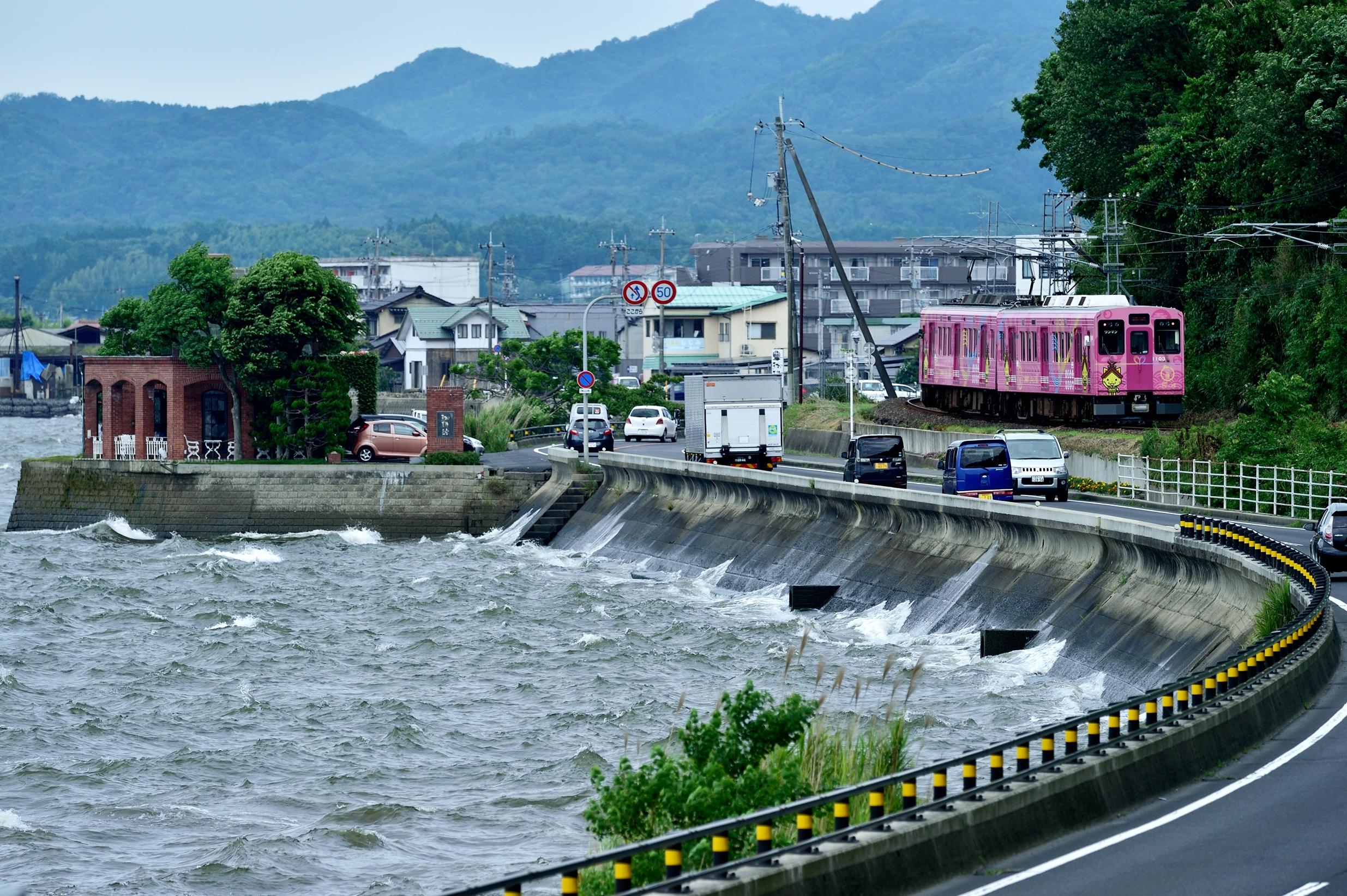 荒ぶる宍道湖と一畑電車