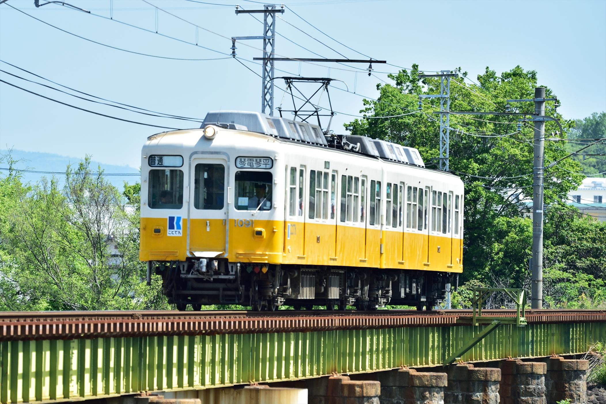 ずんぐりむっくりな電車の壁紙